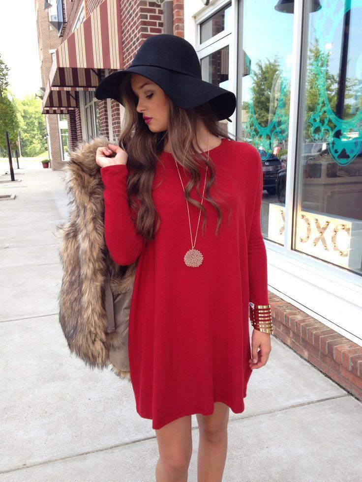 Acheter la tenue sur Lookastic:  https://lookastic.fr/mode-femme/tenues/gilet-sans-manches-brun-robe-droite-rouge-chapeau-noir-bracelet-dore/4857  — Chapeau en laine noir  — Gilet sans manches en fourrure brun  — Robe droite rouge  — Bracelet doré