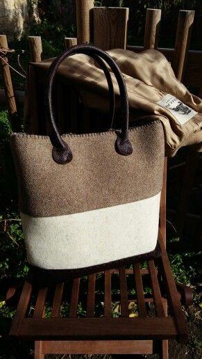 Borsa in feltro in lana 90% con manici e fondo in ecopelle .