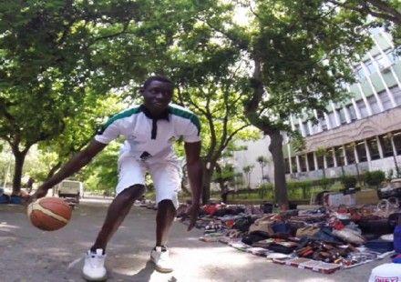 Bolsos y canastas. Ídolo de su equipo… y vendedor ambulante. La historia de Diop #baloncesto #basket #basketbol #basquetbol #kiaenzona #equipo #deportes #pasion #competitividad #recuperacion #lucha #esfuerzo #sacrificio #honor #amigos #sentimiento #amor #pelota #cancha #publico #aficion #pasion #vida #estadisticas #basketfem #nba
