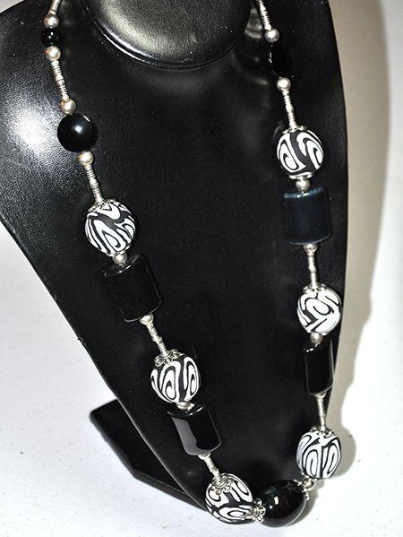 Collar realizado con arcilla en blanco y negro, piedra negra y rulitos plateados. http://www.chanchelcomplementos.com/en/shopping/categoria-collares/collar-arcilla-blanco-y-negro-detail.html