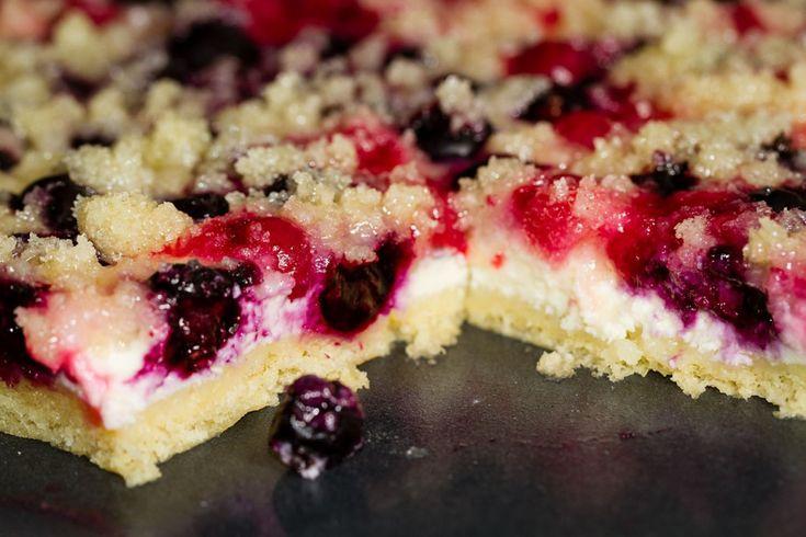 V létě máme ovocné koláče nejraději. Mohou být velmi luxusní nebo naopak prosté a můžete s nimi experimentovat na mnoho způsobů. Čerstvého ovoce je dostatek a moučníky jsou velmi vděčný nápad, jak úrodu spotřebovat.