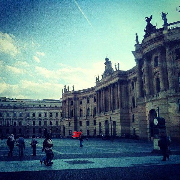 """Am Bebelplatz wurden Szenen aus dem Film """"Lola rennt"""" mit Franka Potente gedreht."""