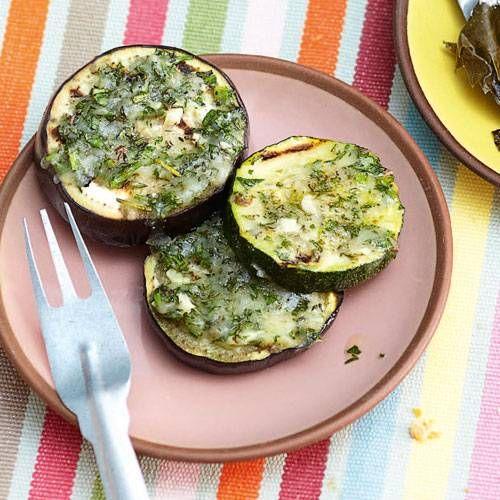 Was haben Zucchini und Auberginen gemeinsam? Beide schmecken ganz vorzüglich, wenn sie in Scheiben geschnitten und mit Käse-Kräuter-Mischung gegrillt werden. Zum Rezept: Würz-Gemüsetaler