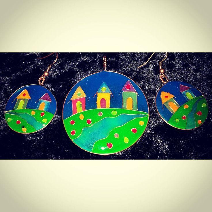 Epoxy resin jewelry set with copper wire. Uniquely handmade and colorful. #jewelry #smykker #pendant #anheng #earrings #ørepynt #øredobber #glowinthedark #pigment #handmade #håndlaget #resin #harpiks #kobbertråd #copper #wire