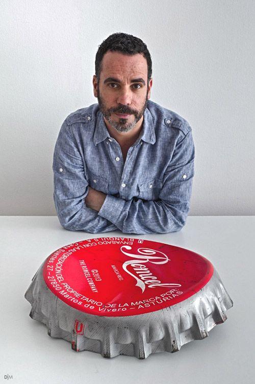 アーティストRómulo Celdránは日常のオブジェクトをサイズを狂わせ巨大化する。そして鑑賞者は小人になれる。