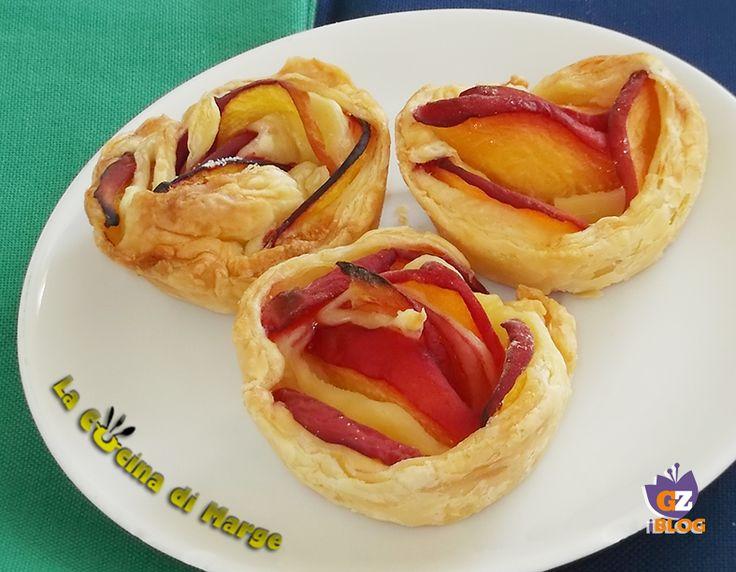 ROSE DI PASTA SFOGLIA CON PESCHE - Qui la #ricetta #BlogGz: http://blog.giallozafferano.it/lacucinadimarge/rose-di-pasta-sfoglia-con-pesche-ricetta-frutta/ #GialloZafferano #pesche #dessert #dolce #sfoglia