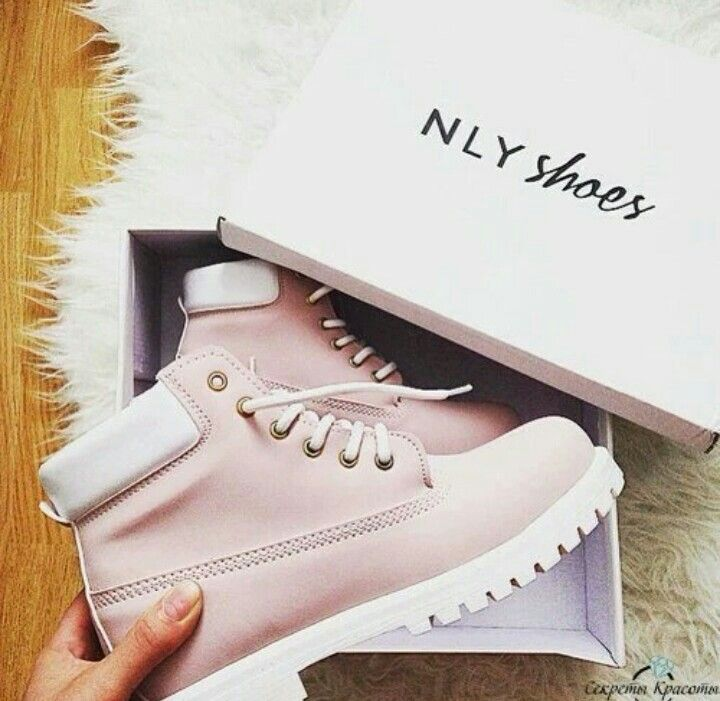 17. Я бы надела невероятно красивые стильные ботинки или кроссовки. Точно не каблуки.