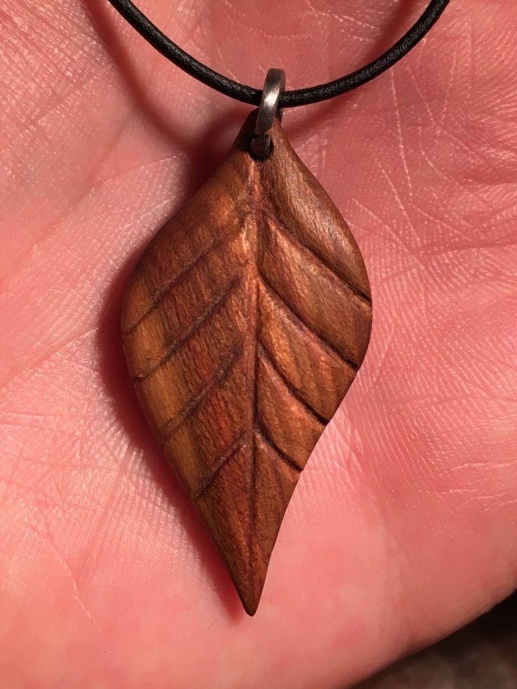 Pflaumenholz Anhänger in Form eines Blattes Blatt Pflaume Zwetschgenholz Holzschmuck Schmuck Anhänger von Eibenwald