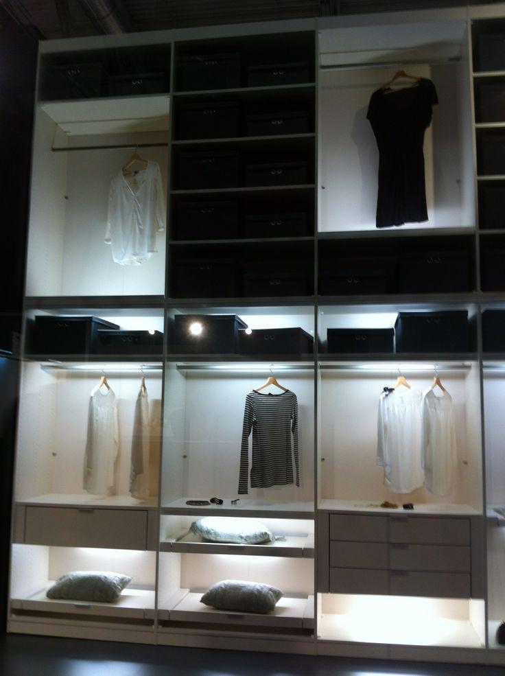 #imm cologne 2014 #Moderner riesiger #Kleiderschrank, der Platz für alle Lieblingsstücke bietet
