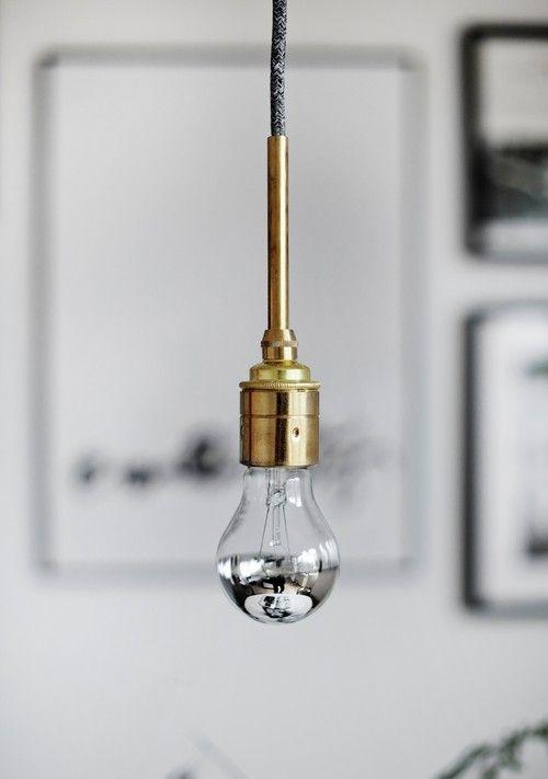 Jag har ju hintat om den här lampan ett tag, och nu tänkte jag presentera den. Det är alltså en 2 meter grå linnekabel, sockel och rör i mässing med patina. Som jag gillar det med andra ord. Den finns för tillfället i begränsad upplaga, och priset är...