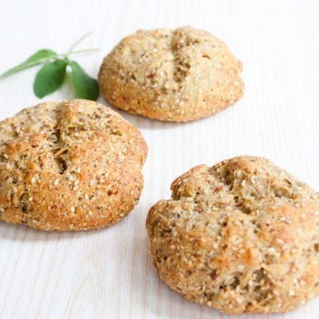 Dies ist mein neuestes Lieblinsgrezept für Brötchen / Brot :) Nicht erschrecken: es sind 3 unterschiedliche Mehlsorten enthalten. Das Mandelmehl ist die Basis, das Kokosmehl sorgt für die Bindung und Lockerheit, das Leinsamenmehl gibt einen fein nussigen Geschmack. Viel Spaß beim nachbacken! Für 4 normale Brötchen 70g Mandelmehl* (entölt) 50g Kokosmehl* 40g Leinsamenmehl* (Achtung: hier handelt es sich um richtiges Leinsamenmehl, nicht um geschroteten Leinsamen o.ä.) 20g Flohsamenschalen...