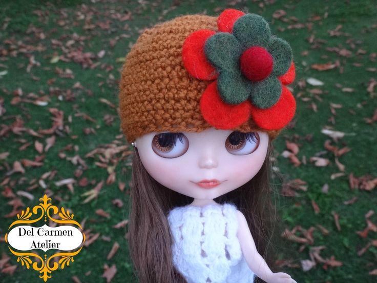 """""""Gorro Flores"""" hecho de lana color castaño, con aplicación de flores Paño Lency. Precio gorrito $4.000. (Chile)"""
