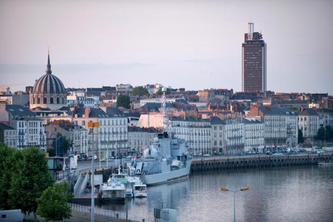 Nantes Gezi Rehberi    Fransa'nın batısında konumlanan Nantes, Fransa'nın en büyük akarsularından Loire Irmağı üzerinde kurulmuştur. Şehir, Pays de la Loire bölgesine başkentlik yapar ve 284.970 nüfusu ile ülkenin en büyük altıncı şehridir.