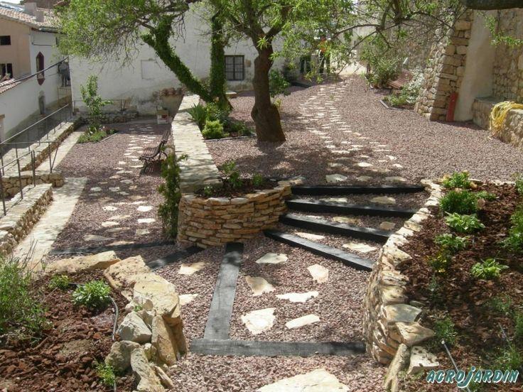 Jardin con camino de piedras jardines dise os pinterest for Camino de piedras para jardin