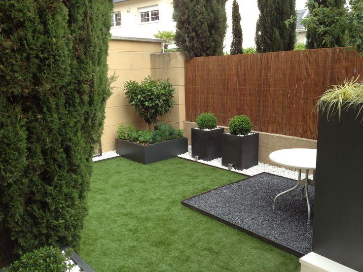 Bolo blanco canto rodado negro y c sped artificial casla - Piedras para jardin baratas ...