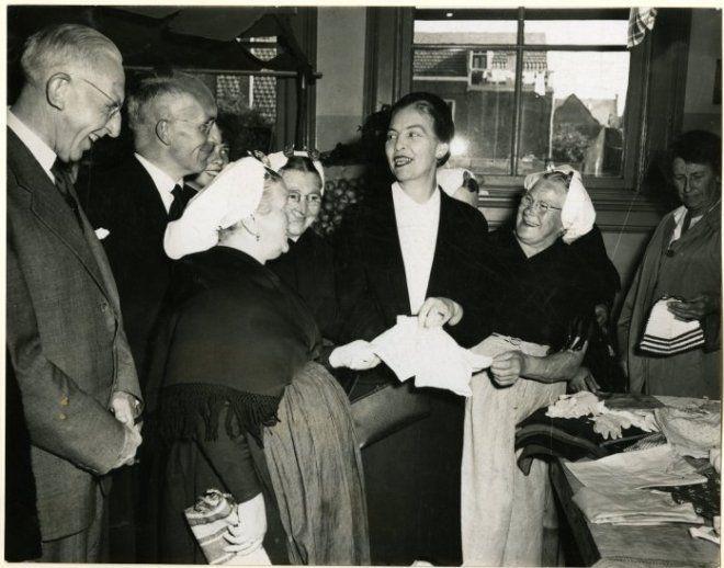 Mevrouw C.C.F. Schokking-Metelerkamp opent in de Keizerstraat een bazar van de stichting tot exploitatie van clubhuizen. 1953 Stokvis #ZuidHolland #Scheveningen