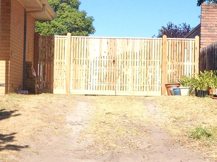Vertical side driveway picket fence with exposed posts, points and capping with double gates. Styles of fences
