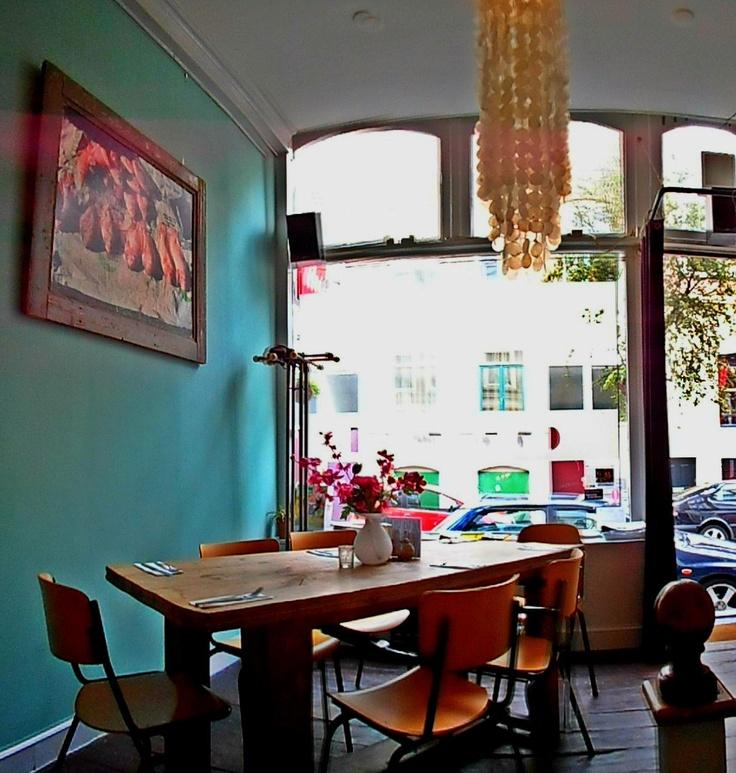 Biologisch eetcafe Open, in een zijstraat van de Oude Binnenweg (Jacobusstraat 215). Lekkere wortelnotentaart en maaltijdsalades!