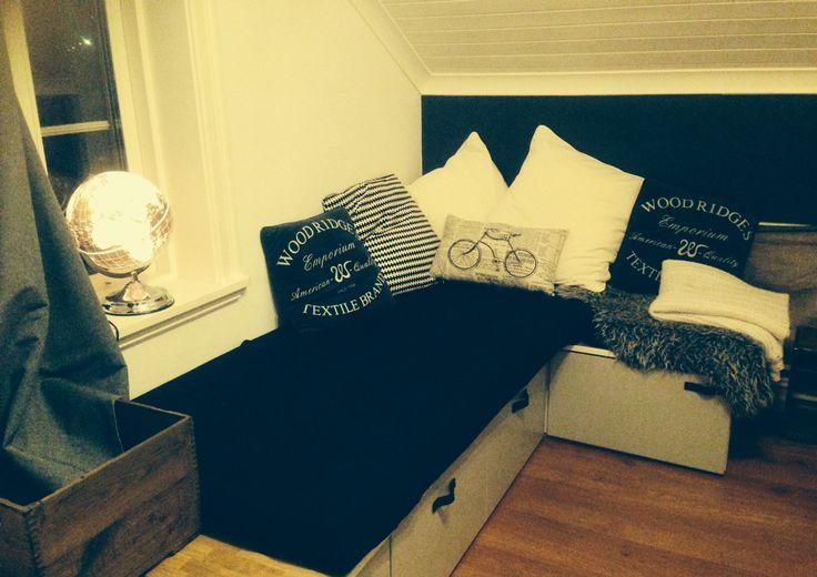 Soffa/gästsäng av kökslådor för klädförvaring  #pojkrum #gästsäng #förvaring