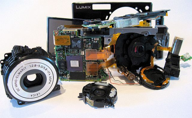 How to Make Sure You are Using Image Stabilization Correctly by Jason D. Little. Photo: Peering Inside the Black Box by jurvetson, via Flickr. http://www.lightstalking.com/how-to-make-sure-you-are-using-image-stabilization-correctly