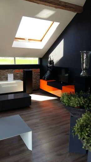 XPERIA 220 oranje in de showroom