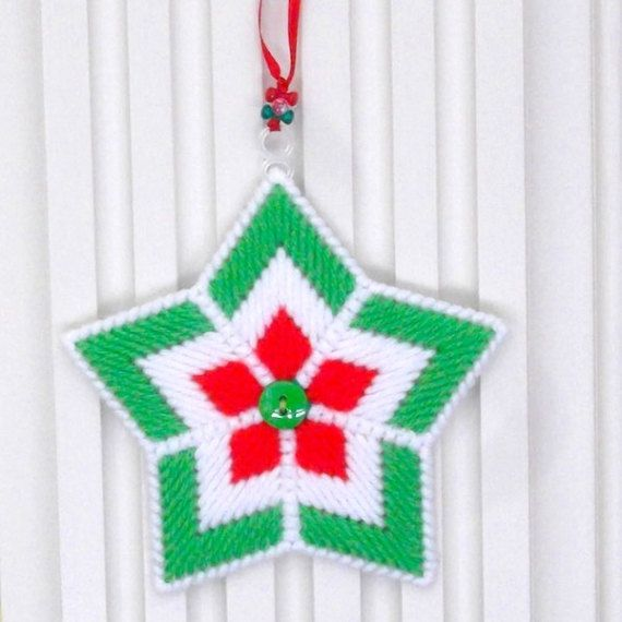 Embellir votre sapin épicéa (ou pin ou sapin) avec quelques jolis ornements étoiles Noël dans ma boutique Etsy! Cette liste est pour 2 décorations de Noël étoiles, cousues en rouge cerise, rouge à chaud, vert printemps, les fils vert et blanc de paddy. Un bouton rouge ou vert cousu aux accents ornement Centre de chaque article. Une boucle de ruban rouge fin (enfilée avec des perles translucides tri rouge, vert et transparent) est liée à chaque ornement pour la facilité de l'accrocher sur…