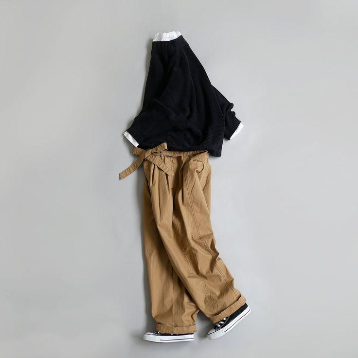 [UNIVERSAL TISSU]のコットンニットとワイドテーパードパンツを使用したシンプルコーデ。 トップスはニットの定番「畦」、大人女性のスタイリングに欠かせない1枚ではないかと思う。シンプルながらもふんわり愛らしい旬のボリュームスリーブが女性らしさを表現してくれるニット。ハイネックからシャツを覗かせても大人っぽさがプラスされる。ボトムとのバランスも取りやすいサイジングも魅力で、ウエストマークのあるボトムスはウエストインで。 今日のパンツはベンタイルギャバという素材のもの。ベンタイルは、天然繊維「綿」から生まれた高機能素材で、英国空軍や日本でも防衛庁も採用しているほど。洗濯後のダメージが気になったり、子育て中のママには特におすすめです。