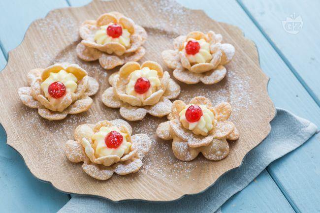 Le rose di Carnevale sono deliziosi dolcetti fritti che con la loro simpatica forma floreale possono diventare lo scherzo più goloso della festa!