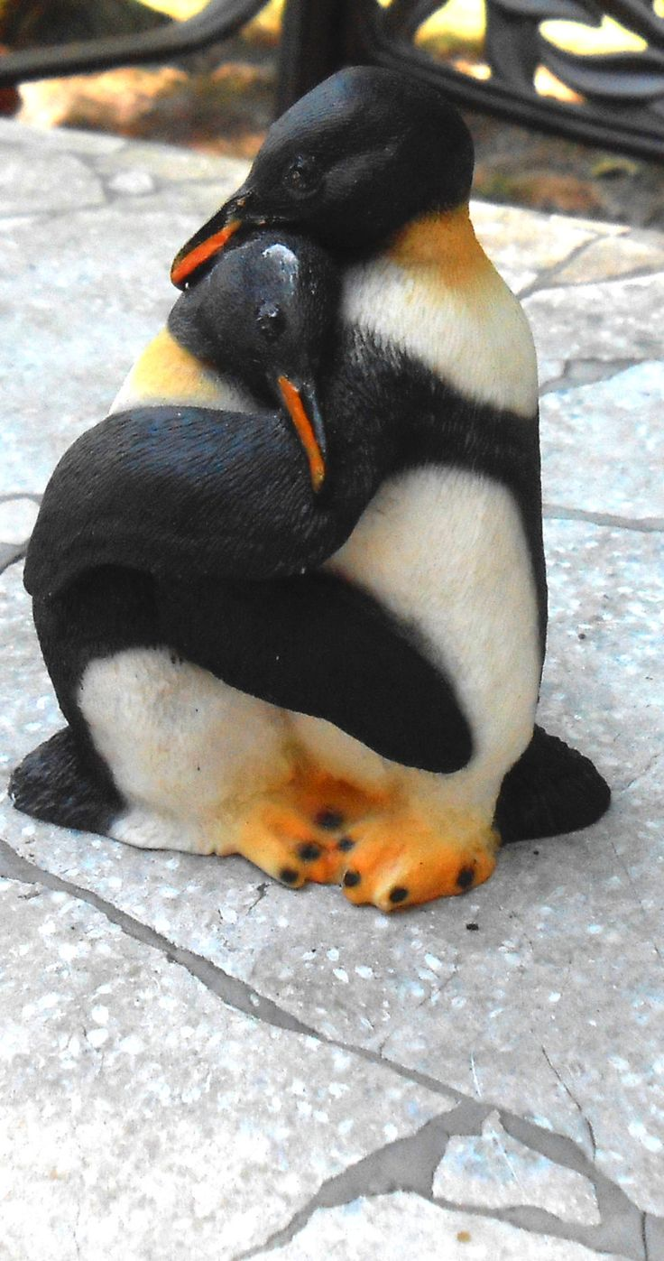 Penguin Figurine - 2 Penguins Hugging - Made In Italy - 1988 - Free US Shipping - Castagna