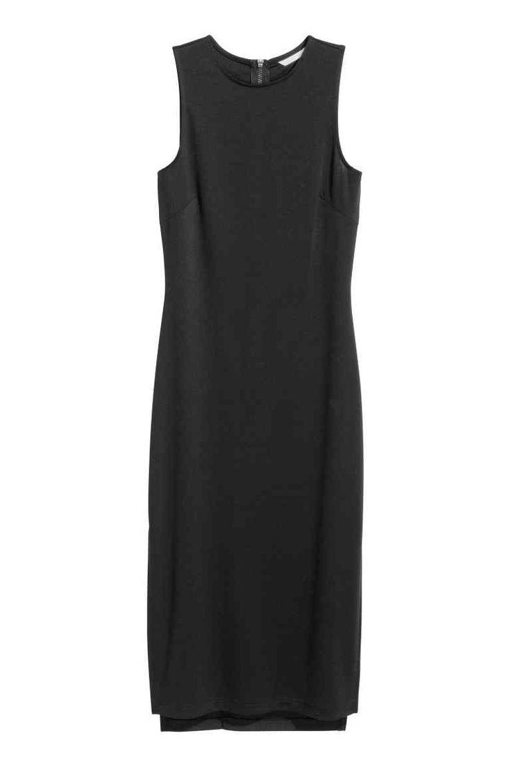 Трикотажное платье: Облегающее платье из плотного трикотажа длиной до середины икры. Круглый вырез горловины, без рукавов, сзади у горловины заметная молния. По бокам разрезы.