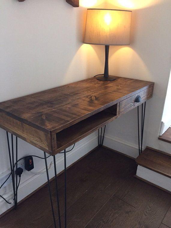 Rustikaler industrieller Planken-Schreibtisch mit den Metallhaarnadel-Beinen – klobige hölzer…