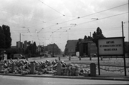 Berlin: Potsdamer Platz; Blick in die Leipzigerstraße; mit Schild:Demokratischer Sektor (1955)