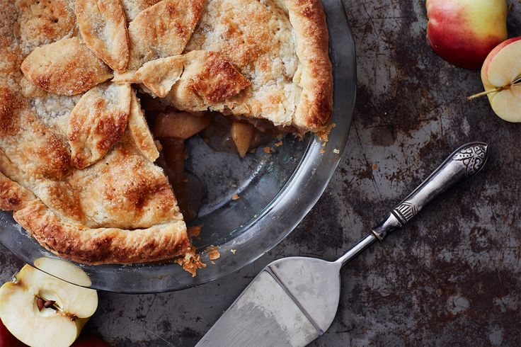 """Amerikanerne har et ordsprog, der lyder: """"Intet er mere amerikansk end mor, baseball og apple pie."""" Denne tærte smager nu altså også fantastisk i Danmark."""