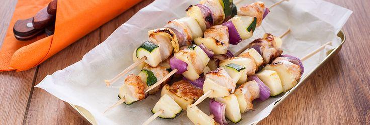 A saslik a piknik és a nyári grillezések elmaradhatatlan kelléke. Jól csomagolható, változatos idényzöldségekből készíthető.