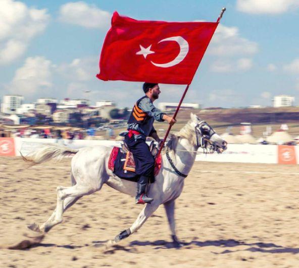 Bir atlı ay yıldız bayrakla bir araya gelince…  Fotoğrafı gönderen: Kenan Bey