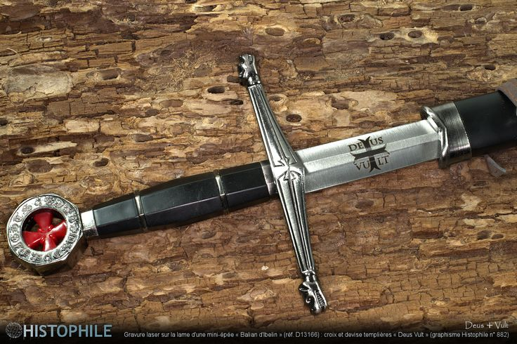 « Deus ☩ Vult » Gravure laser sur la lame d'une mini-épée « Balian d'Ibelin » (réf. D13166) : croix et devise templières « Deus Vult » (graphisme Histophile n° 882) ► http://www.histophile.com/epee-balian-d-ibelin-d13166.html