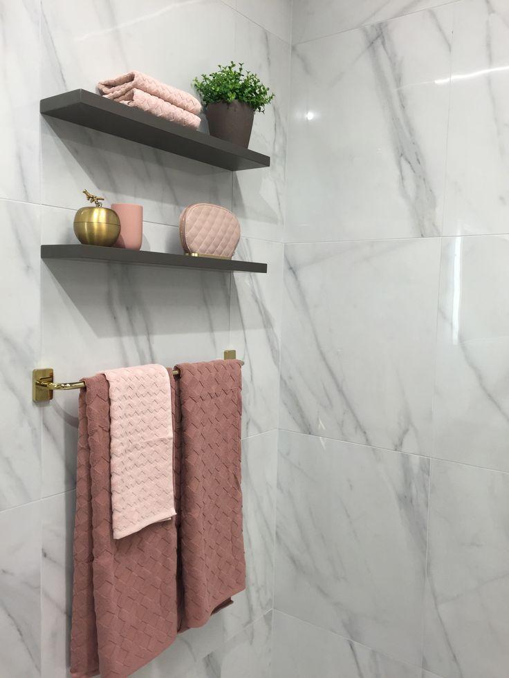 Nyhet 2017! Vägghylla  Snygga vägghyllor i matchande färger till dina badrumsmöbler finns i flera bredder och tre färger, vit, varmgrå och svart ek. Med dolda beslag ger det ett stilrent intryck.