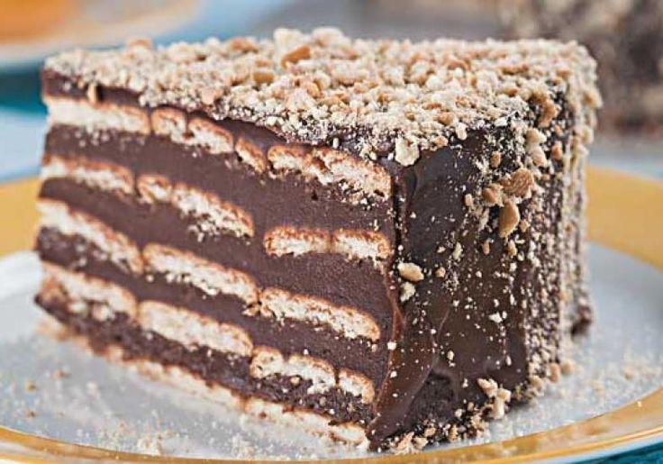 Com três ingredientes, o bolo rápido de biscoito é uma delícia bem gelado, fácil de fazer.