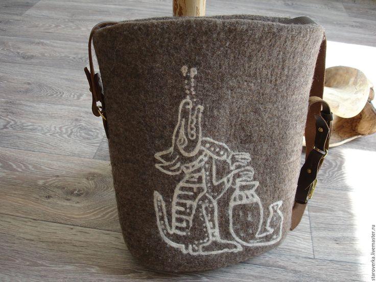 Купить или заказать Сумка валяная Поющая собака майя в интернет-магазине на Ярмарке Мастеров. Валяная сумка.Скорее всего женская, хотя не настаиваю. Выполнена из тонкой забайкальской шерсти. Цвет натуральный серо-коричневый. Толстая, плотная. Ручка из кожаной офицерской портупеи. Могу сделать вариацию на тему этой сумки. На сумке воспроизведен рисунок племени майя.