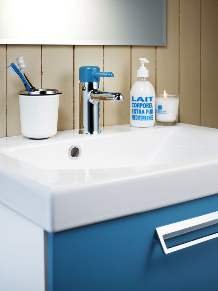 Badrumsskåp från Logic Tillsätt lite färg i ditt badrum med badrumsskåpet i färgen Moody Blue