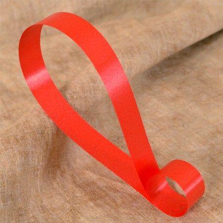 Cinta decorativa lisa color rojo, disponible en 4 anchos. Riza fácilmente con las tijeras o un rizador.