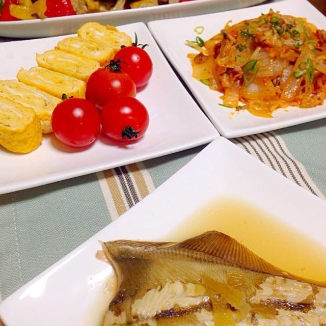 カレイの煮付け 新玉ねぎね豚キムチ 厚揚げとまいたけのカラフル炒め 出し巻き卵トマト添え ごはん 豆腐と小松菜な味噌汁  イソフラボン多めな夕飯にしてみました - 8件のもぐもぐ - カレイの煮付け by chihiroish95Z