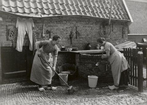Twee vrouwen in Sallandse streekdracht uit Rijssen aan het werk bij de waterput. 1918-1941 vanAgtmaal #Rijssen #Overijssel #Salland #Saksen