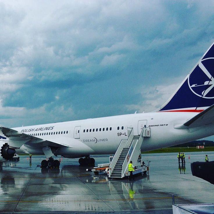Dreamliner którym papież #Franciszek @franciscus do Włoch. A nad @krakow.airport dwie burze. #wydkrakow2016 #wyd #sdm #sdmkrakow2016 #śdm2016 #ŚDM #LOT #dreamliner #lotnisko #krakow #popefrancis #papiezfranciszek #TOKFM #radio #TOKFM