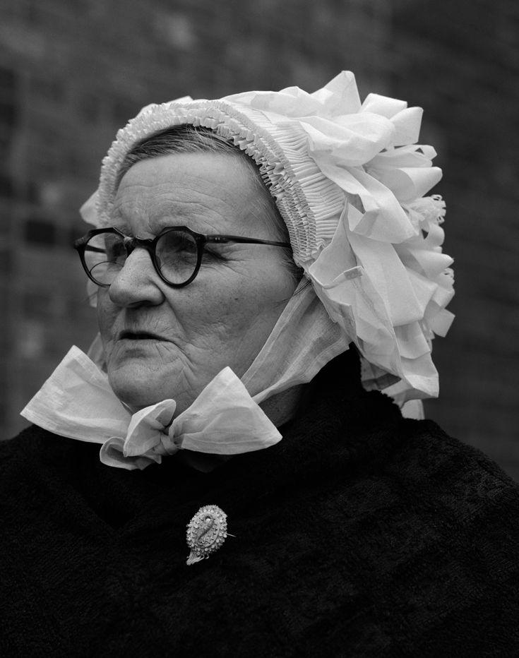 Brabantse vrouw met door-de-weekse muts (1950-1960), foto Cas Oorthuys