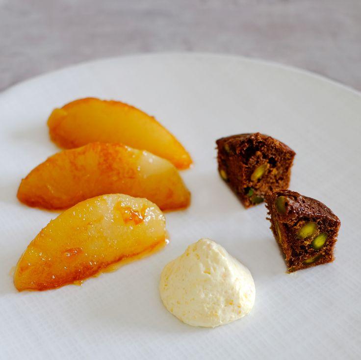 Poires caramélisées, biscuit chocolat-pistache et mousse de mandarine