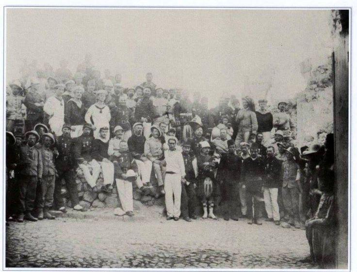 1898 Αξιωματικοί των Μεγ. Δυνάμεων στον Κάτωλα πάνω στα ερείπια από την καταστροφική πυρκαιά.
