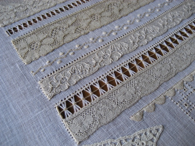 Combination of lace attached by hemstitching plus drawn thread work. Blog in Spanish.