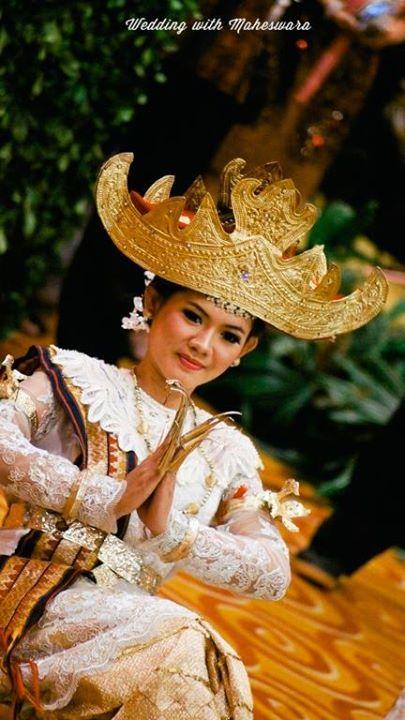 Tari Sembah Sigeh Penguten atau tari penyambut tamu pada pernikahan adat Lampung Sumatra. Ciri khas terletak pada kuku panjang penari.