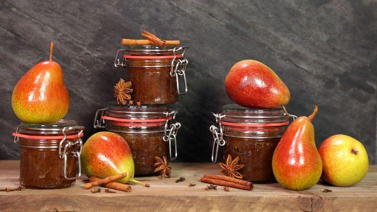 Věděli jste, že povidla nemusejí být jen ze švestek? Využijte dozrávajících hrušek a schovejte si na zimu skleničky plné koncentrované ovocné chuti s vůní perníčkového koření a rumu!